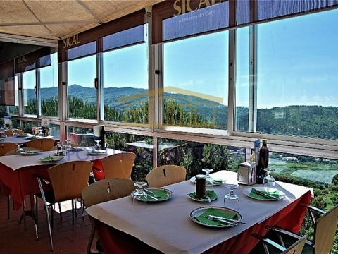 Restaurant / Pizzeria and mixed terrain (3ha) with ruins, stunning views over the mountains, on the road to Fóia, in Monchique. Taking advantage of its excellent location - which constitutes an undeniable added value - its fully glazed structure allo...